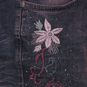 Jeans mit Glitzersteinen und floralen Applikationen, denim